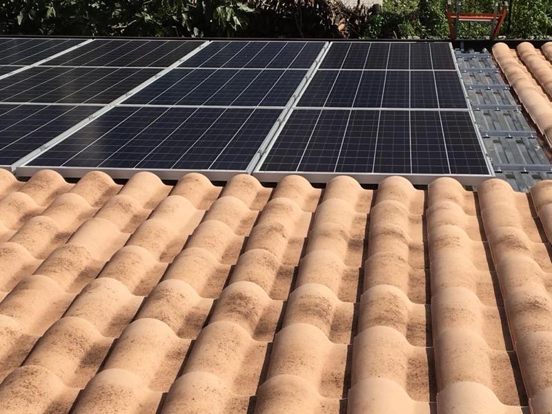 Dettaglio impianto fotovoltaico su tetto